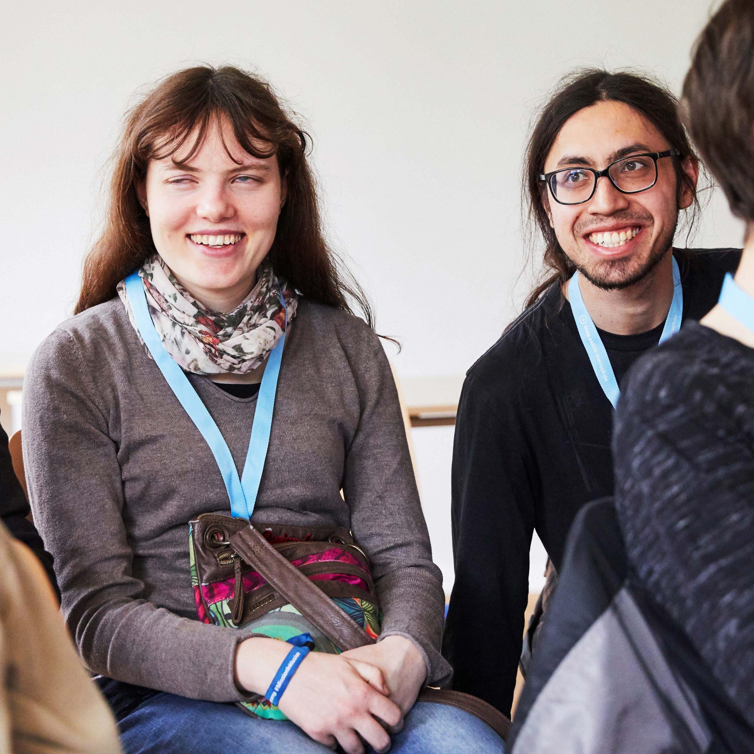 """Das Bild zeigt zwei Projektmacher*innen des Projekts """"Inkludo"""" © Servicestelle Jugendbeteiligung e. V., 2019"""