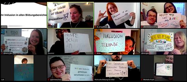 Das Bild zeigt Menschen aus dem Netzwerk Inklusion, die in einer Videokonferenz lachend Zettel mit Botschaften zum Thema Inklusion in die Kameras halten. © Servicestelle Jugendbeteiligung e. V., 2020