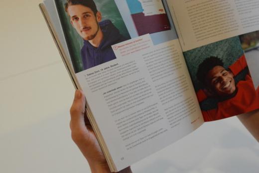 Das Bild zeigt ein Buch, in dem eine aktive Person aus dem Netzwerk Mission Inklusion abgebildet ist. © Servicestelle Jugendbeteiligung e. V., 2018