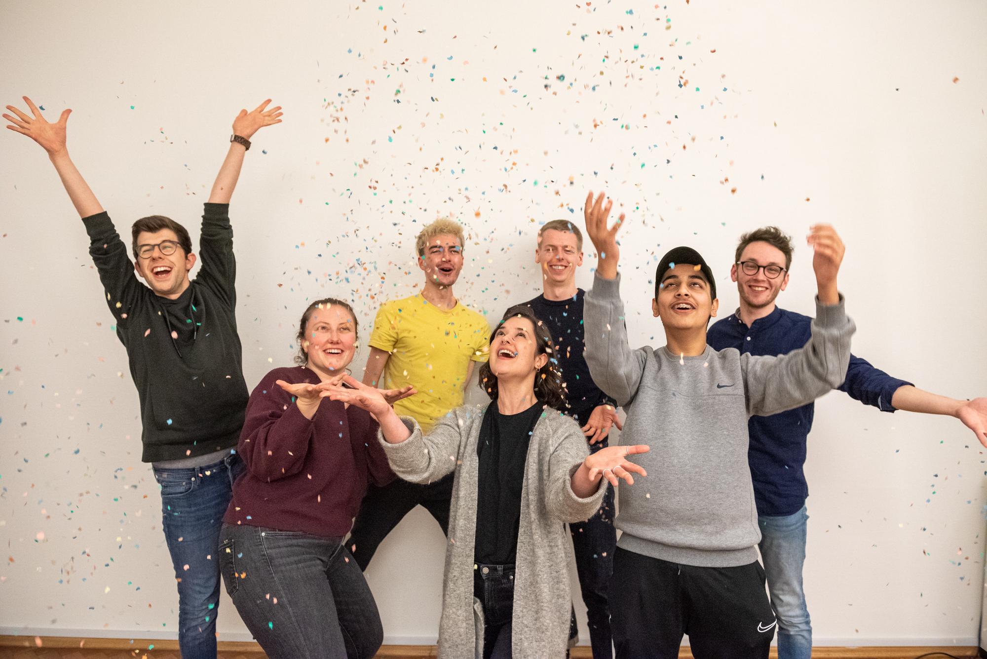 Das Bild zeigt 7 Menschen, die Konfetti in die Luft werfen und sich freuen. © Servicestelle Jugendbeteiligung e. V., 2020
